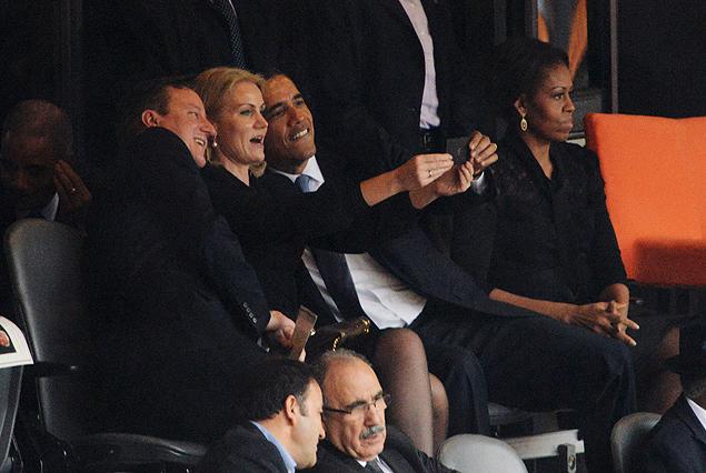 Obama em um momento 'Selfie at Funerals' (Foto: Roberto Schmidt/AFP)