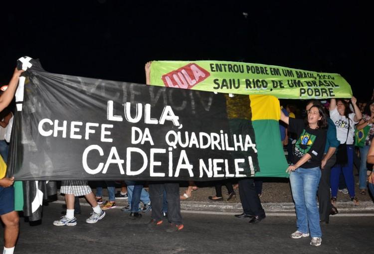 Manifestantes protestam em Brasília contra nomeação de Lula (Foto: Renato Cosra/Folhapress)