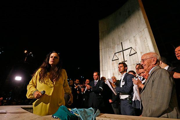 Janaína Paschoal durante o discurso no Largo do São Francisco (Foto: Fabio Braga/Folhapress)