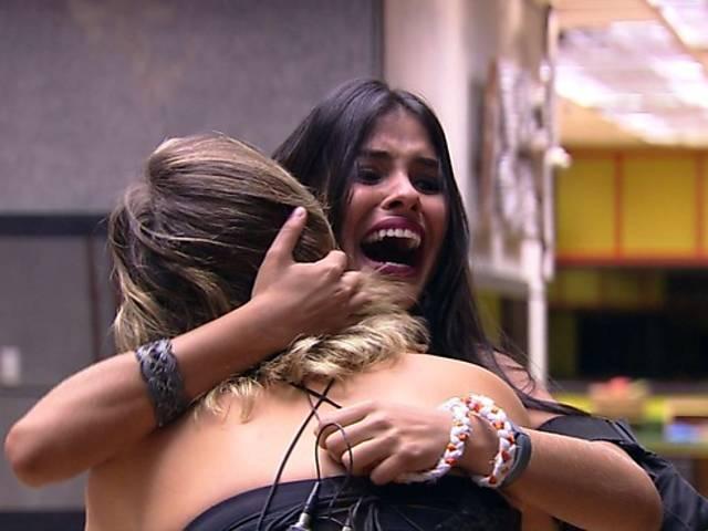 Munik, a vencedora do 'BBB16', abraça a 2ª colocada do reality, Maria Claudia (Foto: Reprodução)