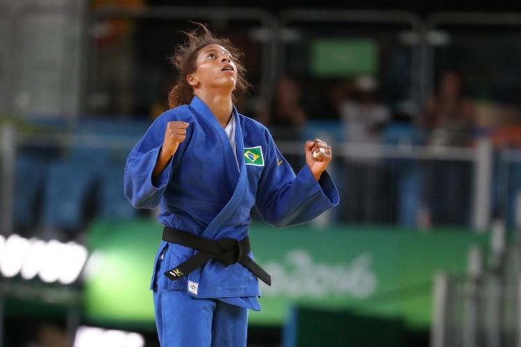 A judoca Rafaela Silva, 24, conquistou a medalha de ouro nesta segunda-feira (8) na categoria leve (até 57 kg)