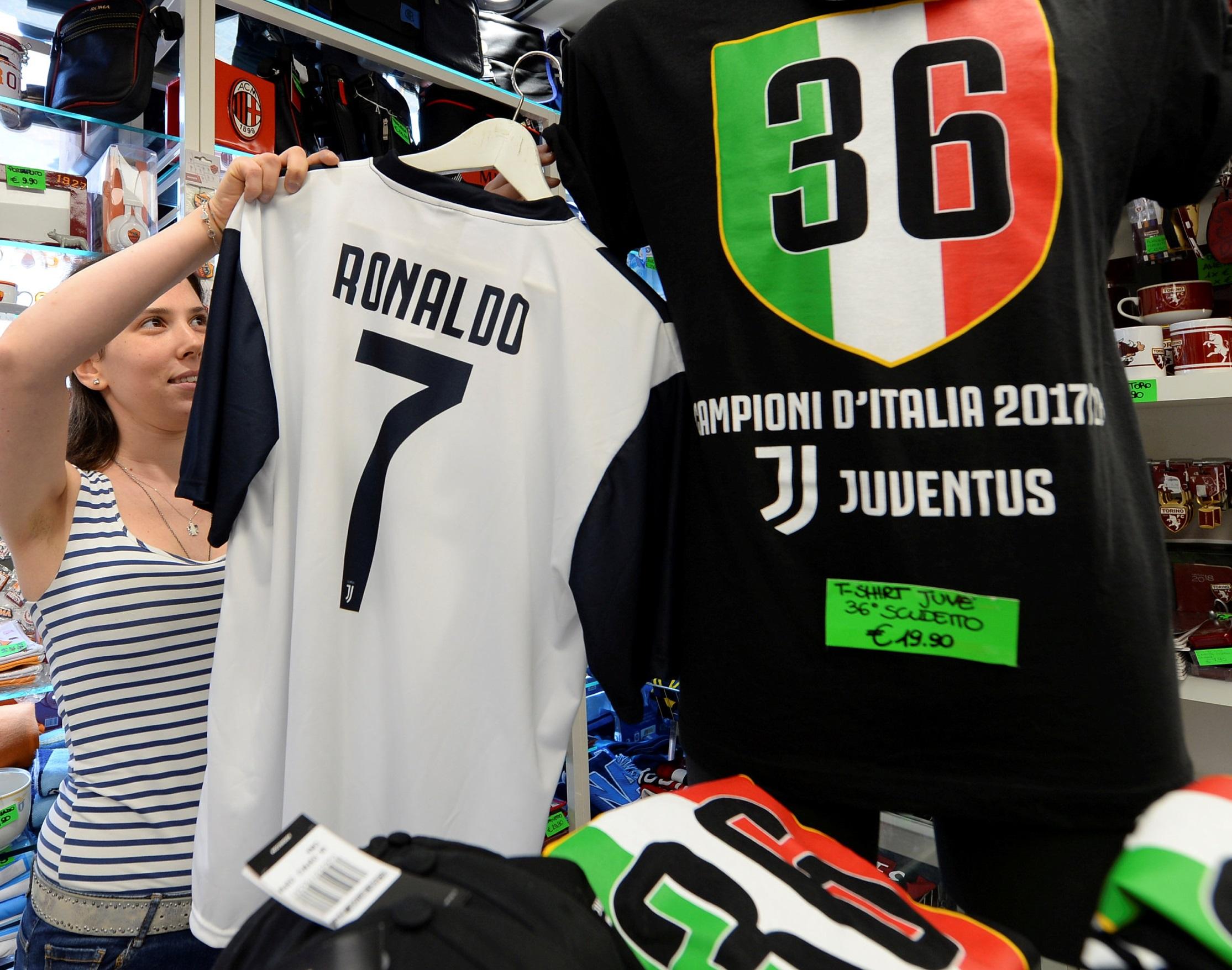 c0482a0b38 Camiseta de Cristiano Ronaldo é vendida em Turim