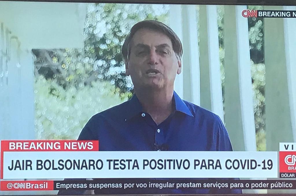 Bolsonaro causa indignação por retirar máscara ao anunciar que está com coronavírus